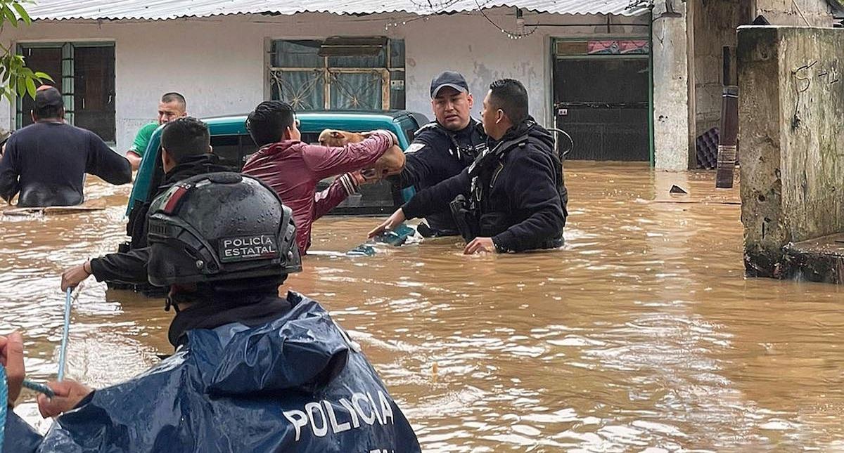 Fotografía cedida por la Secretaría de Seguridad Estatal donde se observa a policías estatales rescatando personas en un área inundada, en el municipio de Xalapa, Veracruz. Foto de EFE/ Secretaría de Seguridad Pública de Veracruz.