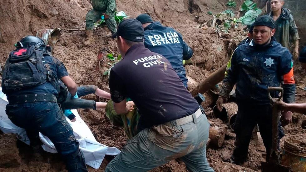 Grace pierde fuerza, pero provoca muertes, inundaciones y daños en México - Fotografía cedida por la Fuerza Civil de Veracruz, donde se observa a policías estatales y personal de la fuerza civil, rescatando cuerpos, en Xalapa, Veracruz. Foto de EFE/ Fuerza Civil de Veracruz/.