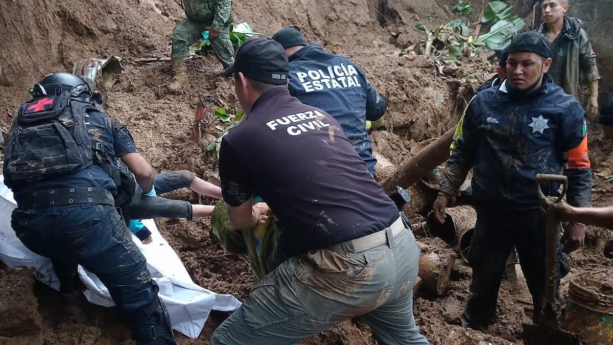Fotografía cedida por la Fuerza Civil de Veracruz, donde se observa a policías estatales y personal de la fuerza civil, rescatando cuerpos, en Xalapa, Veracruz. Foto de EFE/ Fuerza Civil de Veracruz/.