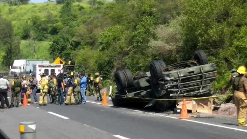 Dos militares murieron y 21 más resultaron heridos tras volcar camión en Jalisco - Volcadura de elementos de la Sedena en Jalisco. Foto Especial