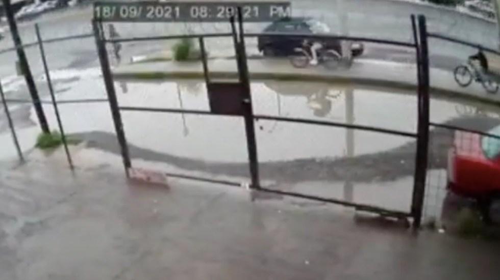 #Video Taxi derrapa y arrolla a peatón y ciclista en San Luis Potosí - #Video Taxi derrapa y arrolla a peatón y ciclista en San Luis Potosí. Foto tomada de video