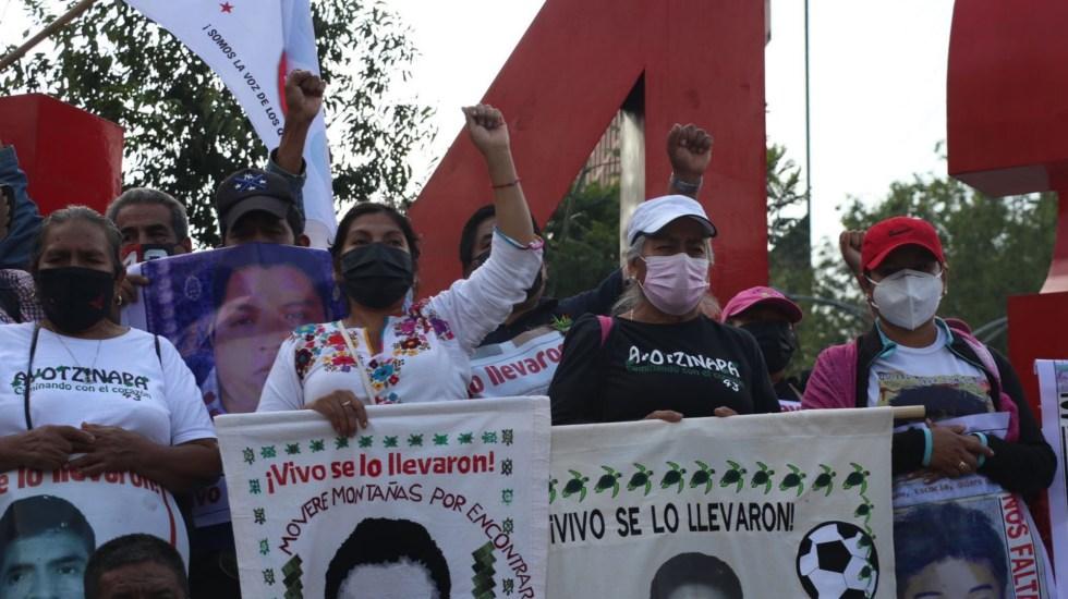Padres de los 43 de Ayotzinapa: ¡vivos se los llevaron, vivos los queremos! - Antimonumento pase de lista Ayotzinapa