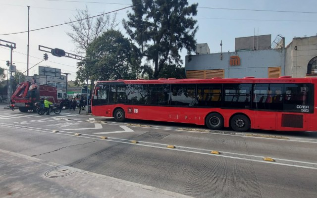 Chocan Metrobús y camioneta con 'Ateneas'; dos policías resultaron lesionadas - Choque Metrobús policías CDMX