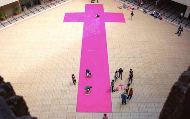 Colocan cruz rosa en protesta por feminicidios en Sinaloa - Colocan cruz rosa en protesta por feminicidios en Culiacán. Foto de EFE
