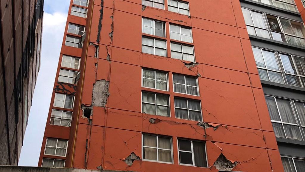Se desprende parte de la fachada de edificio en CDMX tras sismo - Daños en Edificio Marroquí de CDMX tras sismo