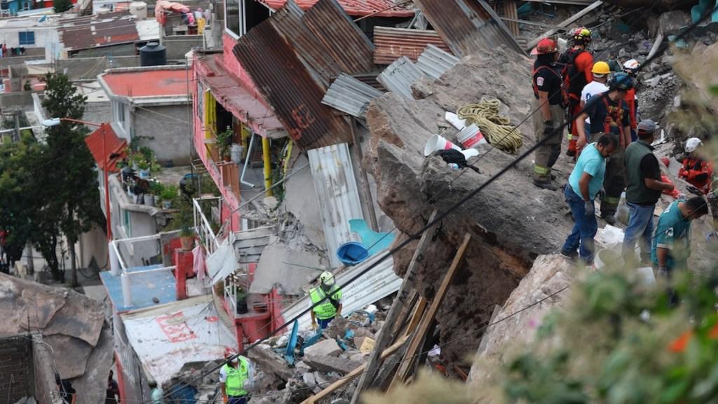 Reinician labores de rescate en derrumbe del cerro del Chiquihuite - Al menos 80 casas fueron desalojadas por derrumbe del cerro del Chiquihuite. Foto de EFE