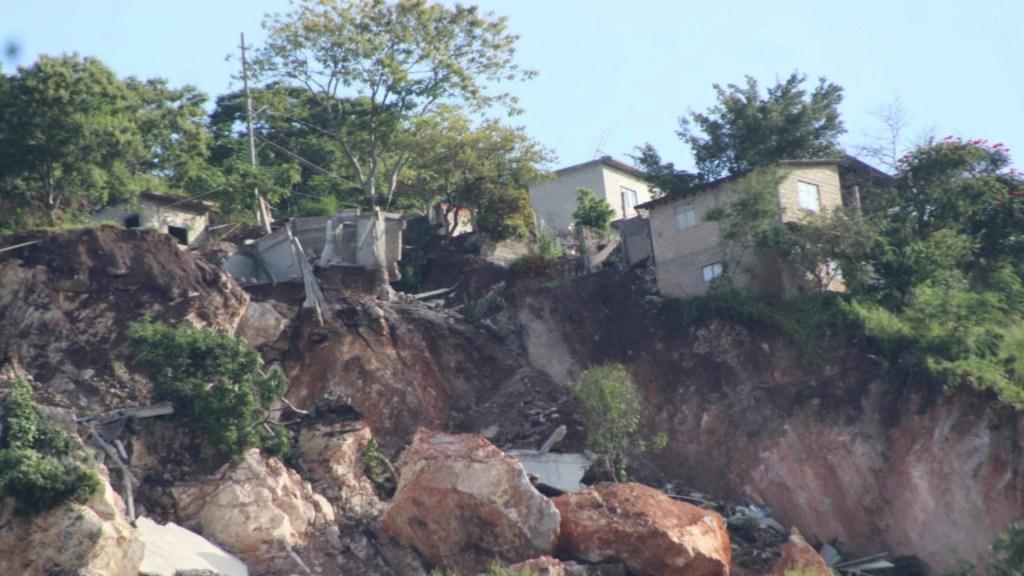 #Video Deslave en cerro provoca desalojo de viviendas en Jiutepec - #Video deslave de cerro provoca desalojo de viviendas en Jiutepec. Foto de @ZonaCNoticias