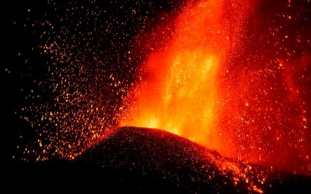 El volcán de La Palma muestra fases más explosivas tras seis días de erupción - El volcán estalló este domingo en La Palma pasa en las últimas jornadas por fases más explosivas. Imagen tomada esta madrugada desde el municipio de El Paso, al inicio del sexto día de erupción. Foto de EFE/ Carlos de Saá.