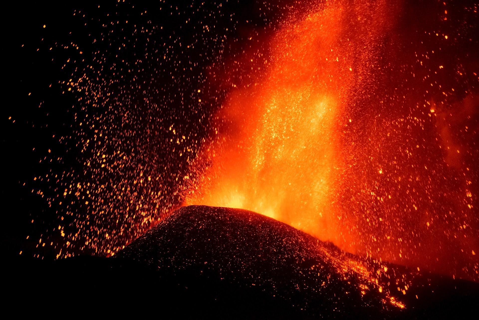 El volcán estalló este domingo en La Palma pasa en las últimas jornadas por fases más explosivas. Imagen tomada esta madrugada desde el municipio de El Paso, al inicio del sexto día de erupción. Foto de EFE/ Carlos de Saá.