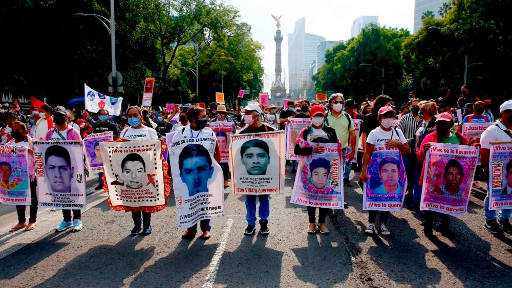 AMLO reitera voluntad para transparentar Caso Ayotzinapa - familiares normalistas desaparecidos Ayotzinapa CDMX siete años