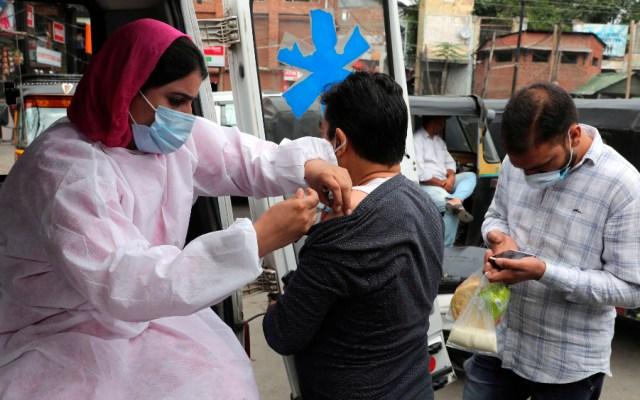 India baja de los 15 mil casos de COVID-19 por primera vez desde marzo - India vacunación anticovid