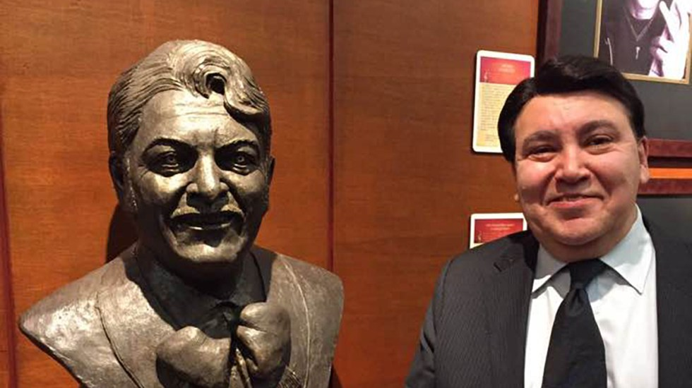 Murió el compositor y productor musical José Alfredo Jiménez Jr. - José Alfredo Jiménez Jr. junto a un busto de su padre, José Alfredo Jiménez