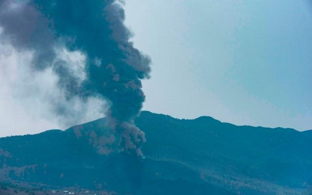 La erupción volcánica de La Palma continúa activa - La densa columna de humo y cenizas que arrojaba este lunes el volcan de Cumbre Vieja alcanzaba una considerable altura que se podía observar desde varios kilómetros de distancia. Foto de EFE/ Miguel Calero.