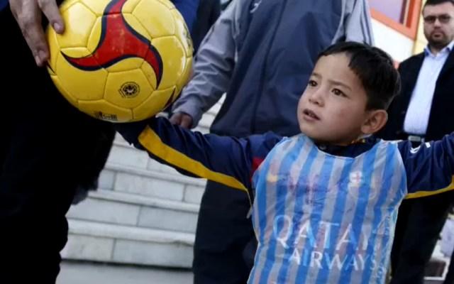 El niño afgano de la camiseta de plástico de Leo Messi teme a los talibanes