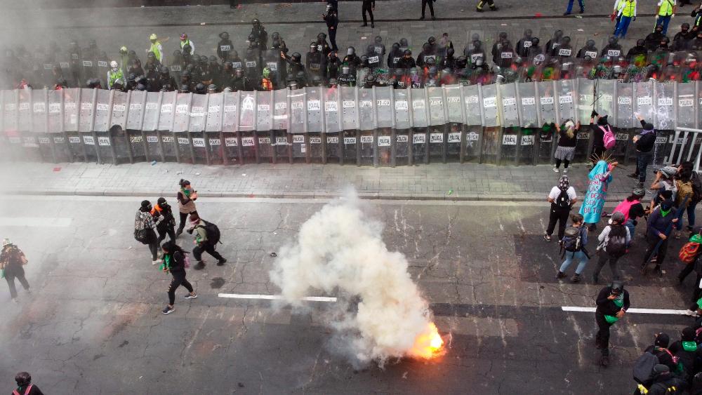 """AMLO condena violencia en marcha a favor del aborto; califica a feministas como """"movimientos conservadores"""" - marcha feministas aborto CDMX 28sep21"""