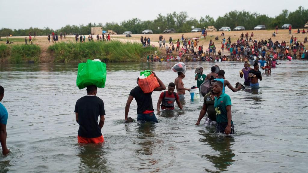 Gobernador de Coahuila presume intereses del crimen organizado en migración masiva - Migrantes cruzan por el río Bravo en Coahuila hacia Estados Unidos