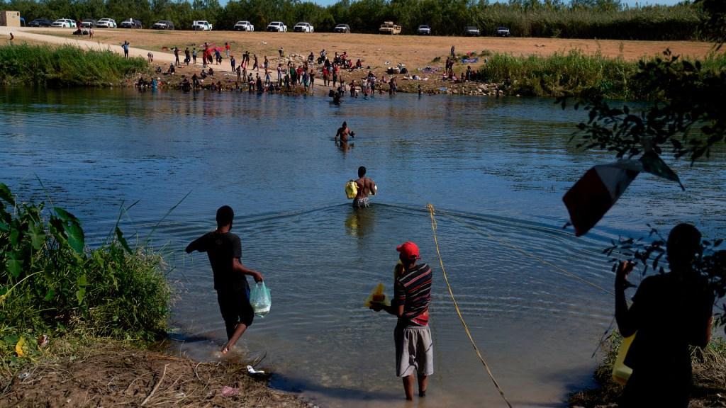 Estados Unidos investigará presunta violencia contra migrantes haitianos - Migrantes, en su mayoría haitianos, cruzan hacia EE.UU. por el río Bravo en Coahuila. Foto de EFE