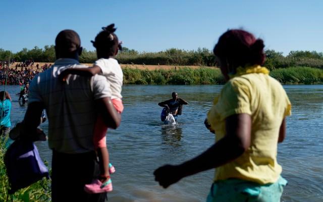 """""""Si viene ilegalmente, será devuelto"""", advierte EE.UU. a migrantes tras cruce masivo de haitianos - Migrantes, en su mayoría haitianos, cruzan hacia Estados Unidos desde el río Bravo"""