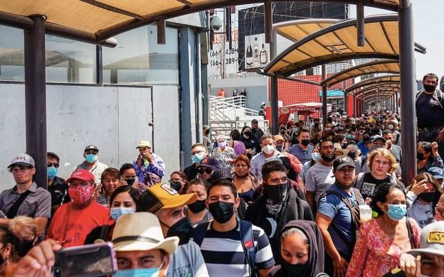 Engañan a migrantes en Tijuana e intentan cruzar masivamente a EE.UU. - Migrantes en Tijuana. Foto de EFE