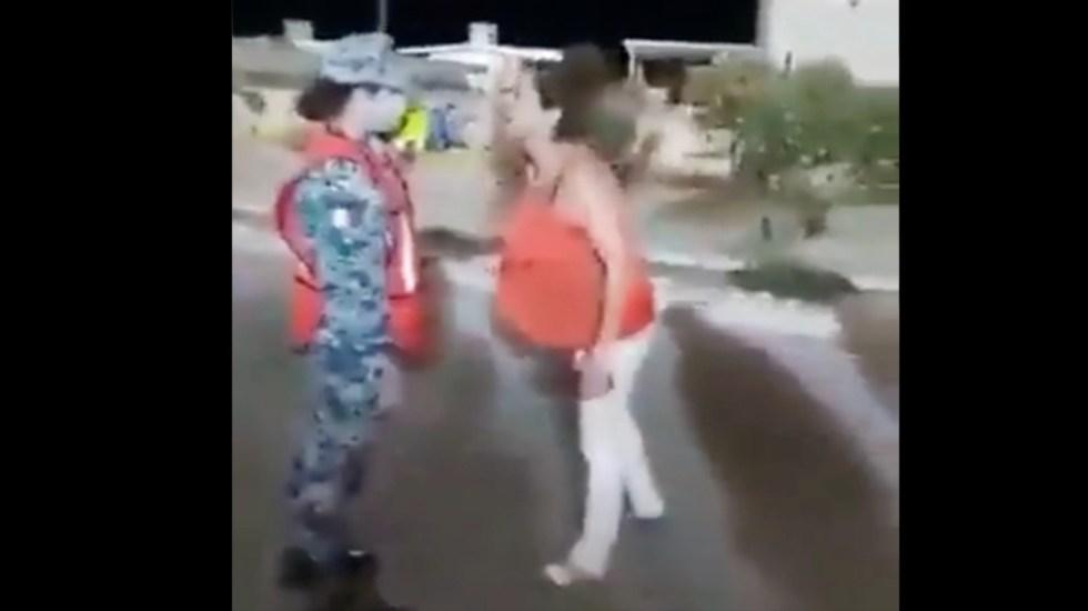 #Video Mujer agrede a militar que no la dejó ingresar a sanitarios - #Video Mujer agrede a militar que no la dejó ingresar a sanitarios. Foto tomada de video