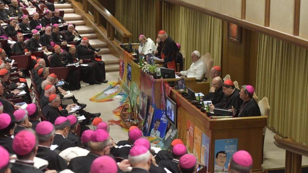 Iglesia debe afrontar crisis de fe y abusos sexuales, según documento del Sínodo - Obispos en aula del Sínodo junto al papa Francisco