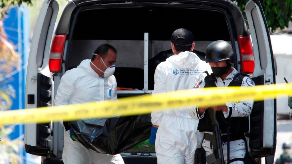 Investigan hallazgo de 10 cuerpos en finca de Zacatecas - Peritos recuperan cuerpos en escena del crimen