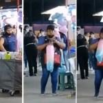 Comerciante sopla a bolsas con algodón de azúcar en Feria de Torreón