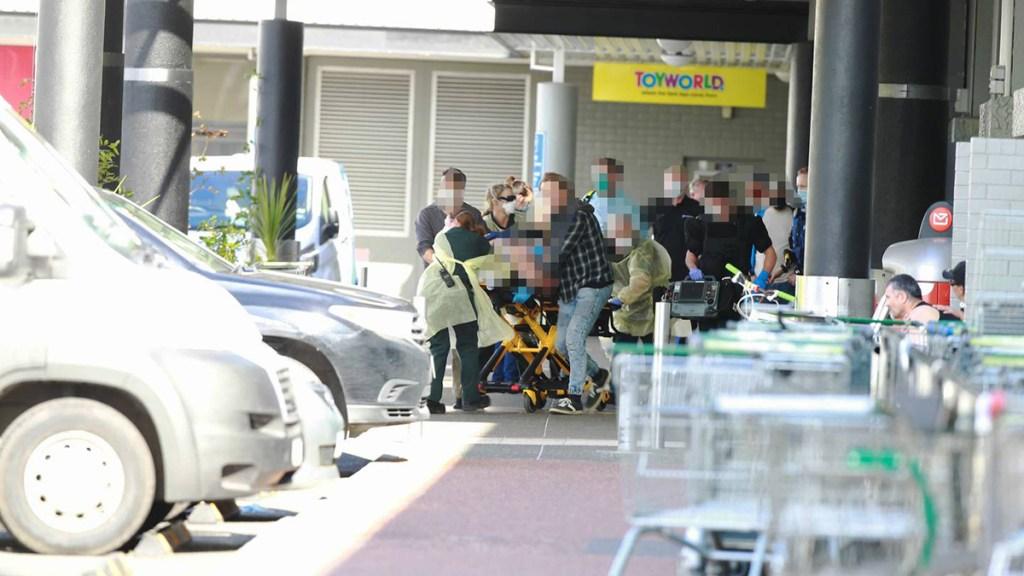 Ataque terrorista en Nueva Zelanda deja 6 heridos; agresor fue abatido - Traslado a un hospital de víctima de ataque terrorista en Nueva Zelanda