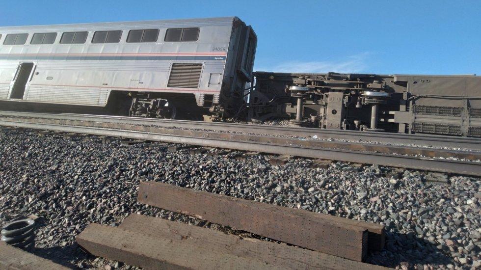 Al menos tres muertos en descarrilamiento de tren de pasajeros en Montana, EE.UU. - El tren descarrilado en Joplin, Montana. Foto de @McLovin1019