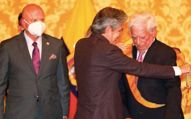 El presidente de Ecuador, Guillermo Lasso condecoró a Mario Vargas Llosa - Foto de EFE