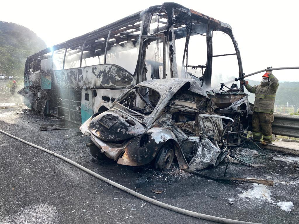 chocan autobús robado por estudiantes de ayotzinapa y un Volkswagen en guerrero