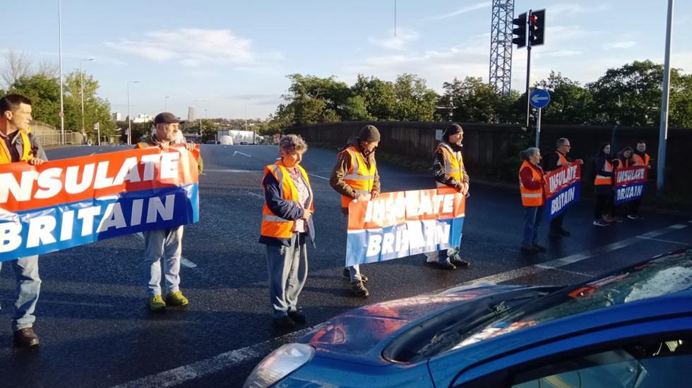 """Johnson tilda de """"roñosos irresponsables"""" a ecologistas que bloquean autopistas - Activistas de Insulate Britain bloquean autopista"""