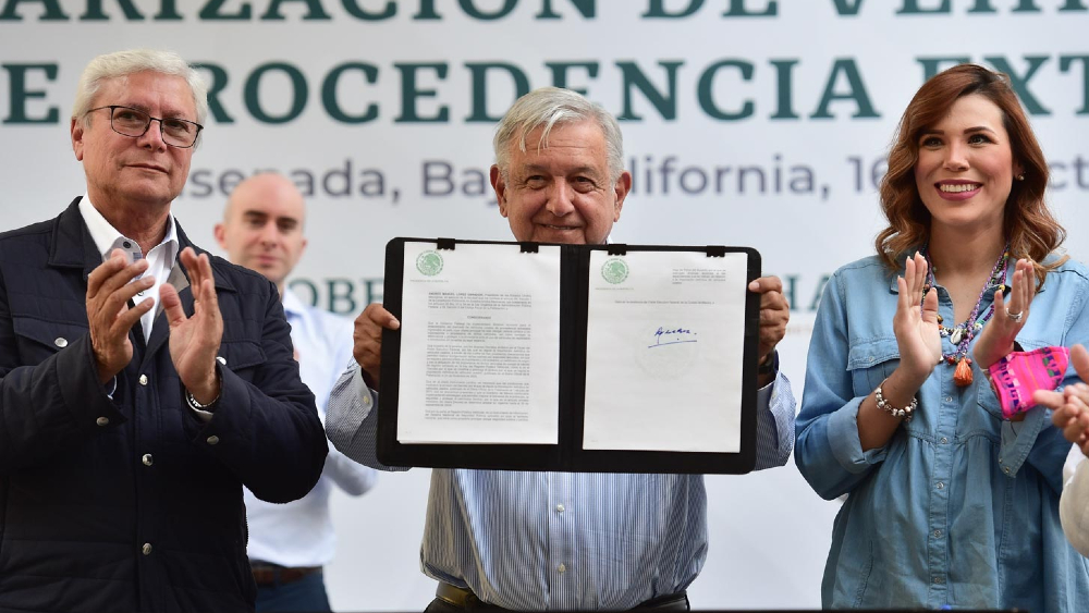 López Obrador firma acuerdo para regularización de autos 'chocolate' - AMLO López Obrador acuerdo autos chocolate