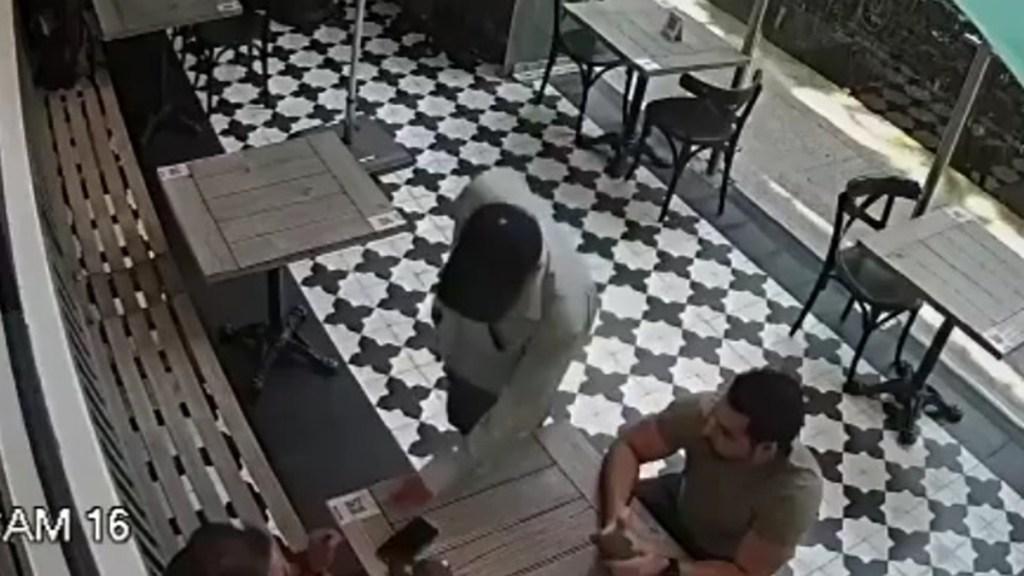 #Video Asaltante armado roba reloj en Polanco a comensal de restaurante - Asalto a mano armada en restaurante de Polanco