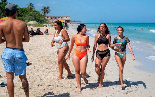 Cuba elimina cuarentena obligatoria para turistas desde el 7 de noviembre - Bañistas en La Habana, Cuba