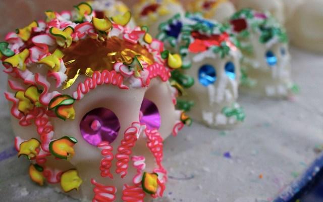 Artesanos mexicanos se preparan para el Día de Muertos con la elaboración de las tradicionales calaveritas de azúcar - Foto de EFE