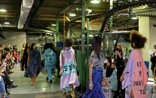 La diseñadora Carla Fernández presentó su más reciente colección en el marco de la Fashion Week Mexico - Foto de EFE