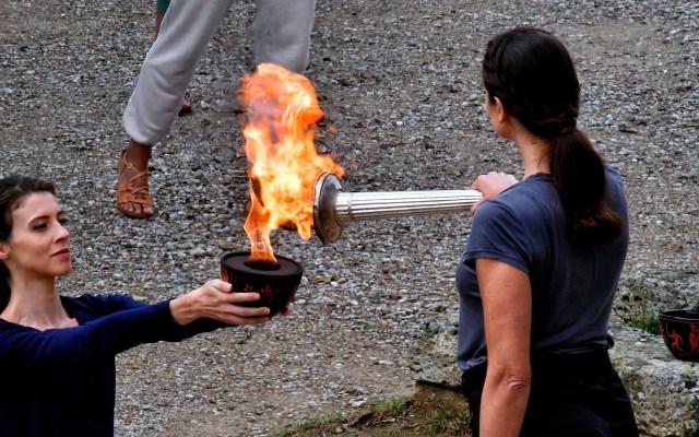 Encendido de la llama para los Juegos Olímpicos de Invierno 2022 - La actriz griega Xanthi Georgiou enciende la llama durante la ceremonia de encendido para los Juegos Olímpicos de Invierno Beijing 2022, en Olimpia, al sur de Grecia. Foto de EFE/VASSILIS PSOMAS