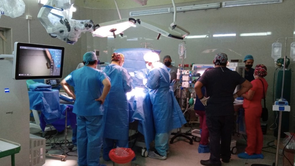 Separan a siameses unidos por la cadera tras 7 horas de cirugía en Perú. Foto de Ministerio de Salud Perú