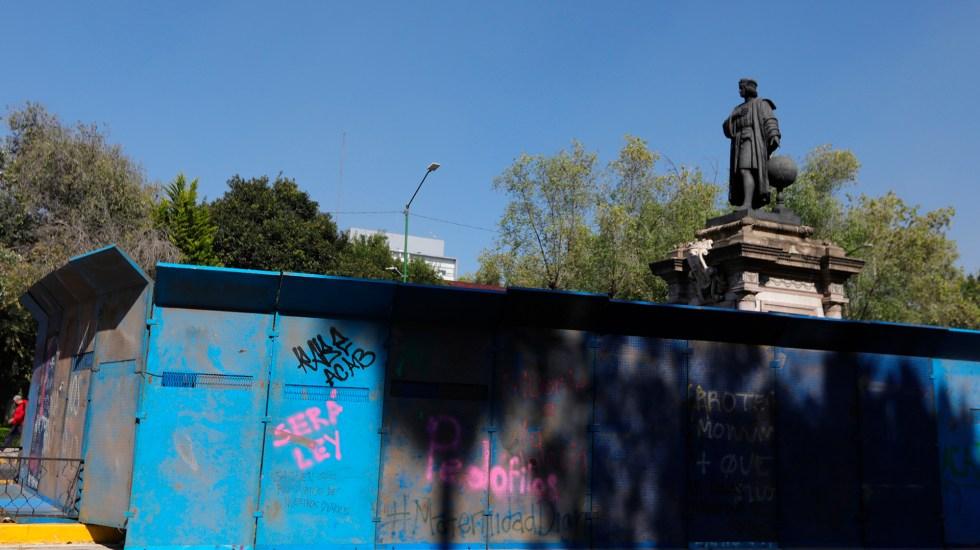 Protegen con vallas estatua de Colón por Día de la Raza - Estatua de Colón rodeada de vallas