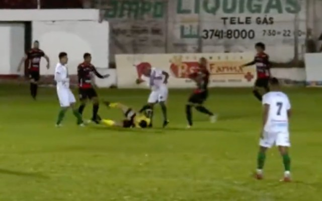 #Video Futbolista patea a árbitro en Brasil; lo acusan de intento de homicidio - futbolista patea árbitro Brasil