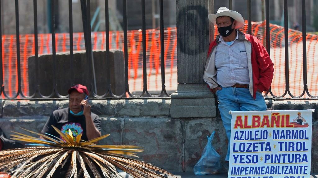 Desempleo en México cae a 4.2 por ciento en septiembre - Hombres ofrecen sus servicios de trabajo en las rejas de la Catedral Metropolitana, en Ciudad de México. Foto de EFE / Archivo