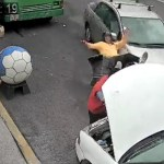 #Video Conductora impacta en Coyoacán a motociclista y auto estacionados
