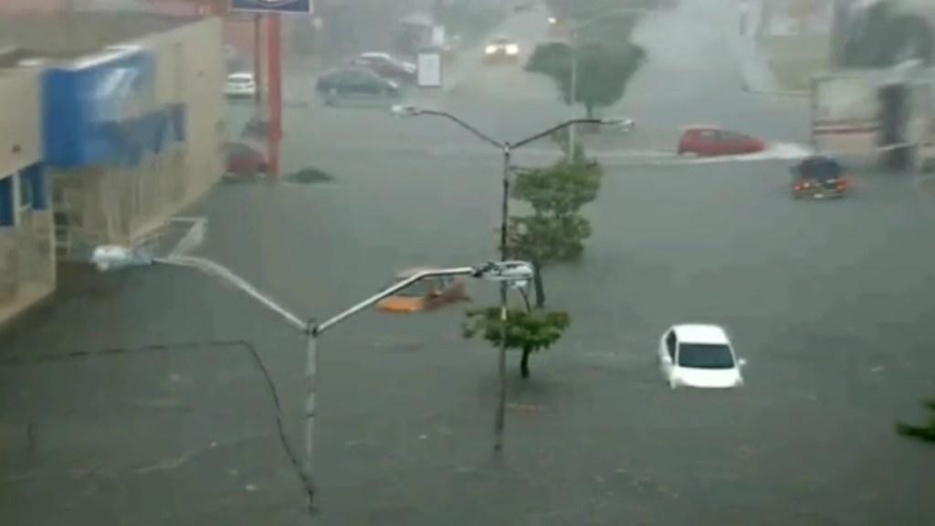 Tormenta provoca Inundaciones y cortes al suministro eléctrico en Mérida - Inundaciones Plaza de las Américas en Mérida Yucatán lluvias