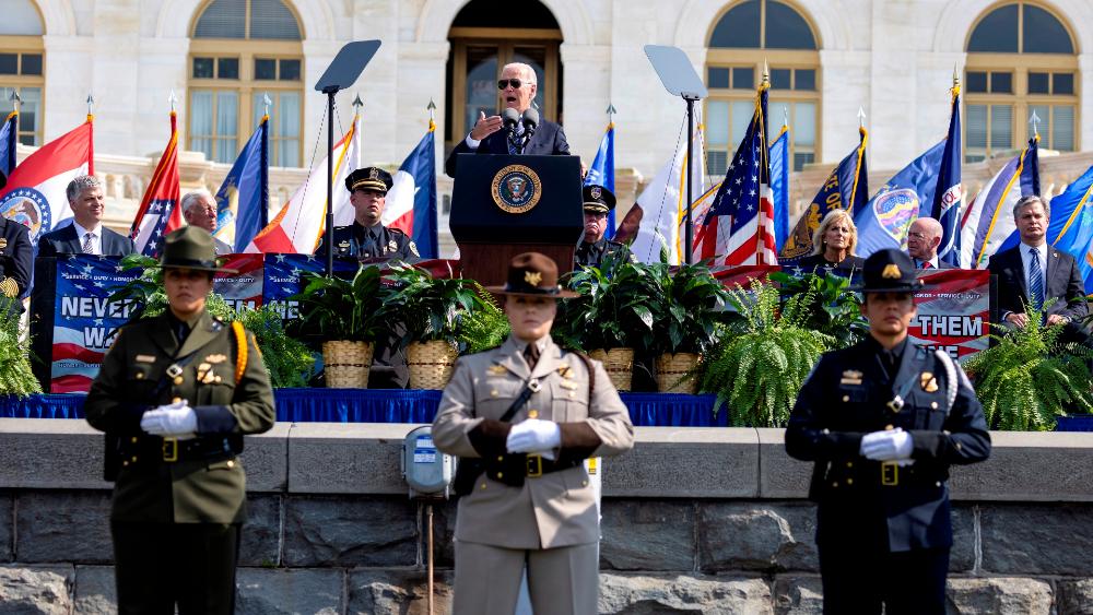 Biden homenajea a los policías que contuvieron el asalto al Capitolio - Joe Biden Capitolio EEUU