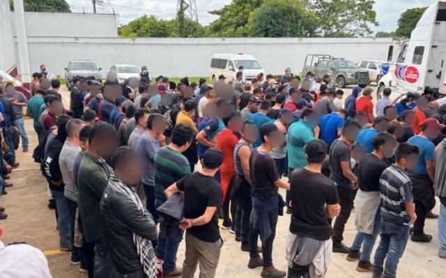 INM rescata a 334 migrantes ocultos en tráiler de galletas en Veracruz - INM rescata a 334 migrantes ocultos en tráiler de galletas en Veracruz. Foto de INM