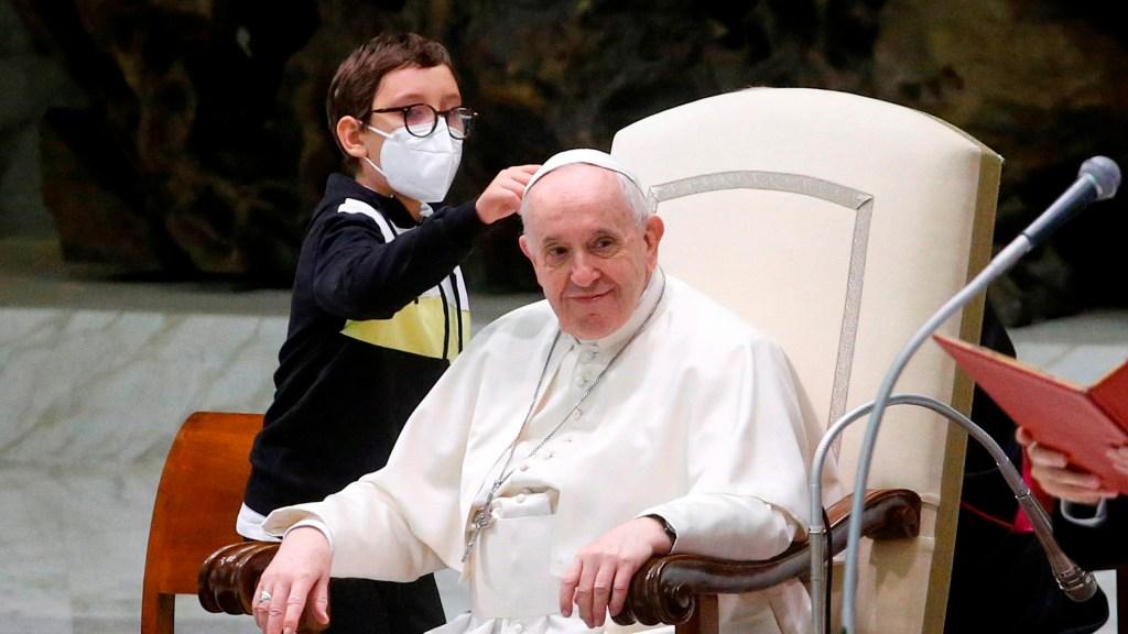 #Video Niño protagoniza audiencia general al querer el solideo del papa Francisco - Niño se acerca al papa Francisco para pedirle su solideo