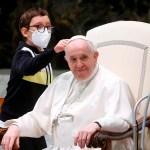 #Video Niño protagoniza audiencia general al querer el solideo del papa Francisco