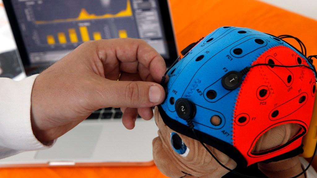 Especialistas llaman a mejorar diagnóstico de parálisis cerebral en México - Médico ajusta un muñeco neuroestimulador transcraneal no invasivo. Foto de EFE/Kai Försterling