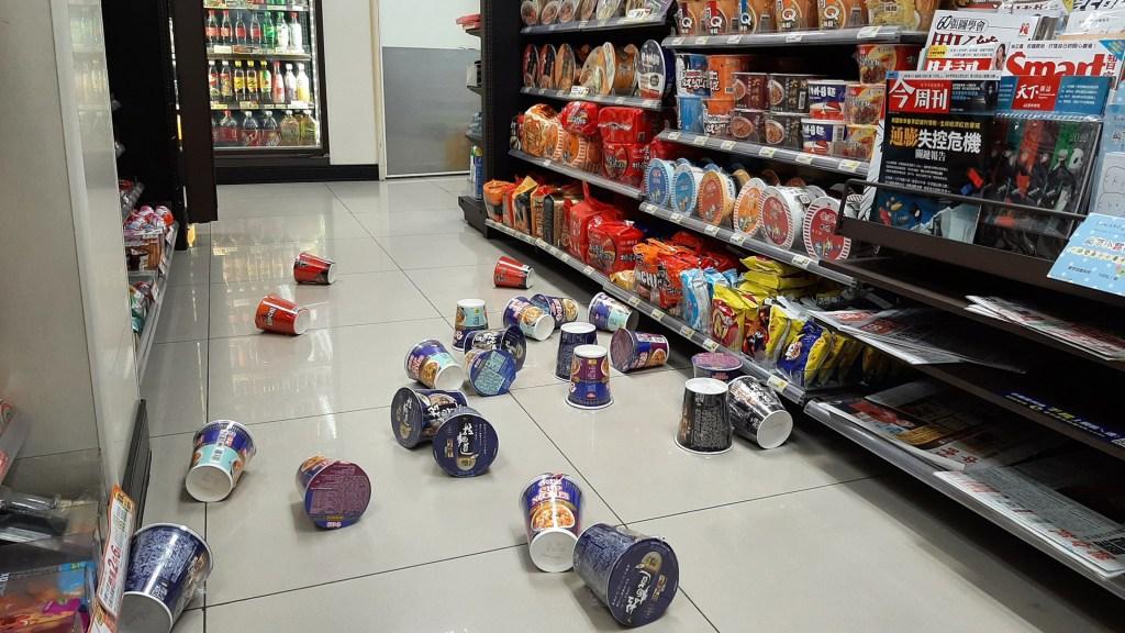 #Video Temblor magnitud 6.5 sacude el noreste de Taiwán - Productos tirados en tienda de Taiwán tras sismo